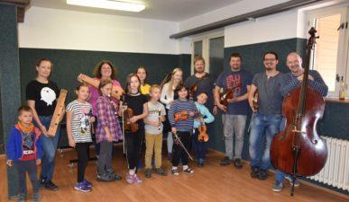 Zenés tanévzárás a Huzavonó Együttessel / Slavnostní zakončení školního roku se skupinou Huzavonó